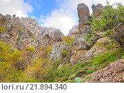 Купить «Гора Демерджи в Крыму с причудливыми каменными столбами», фото № 21894340, снято 5 мая 2010 г. (c) Parmenov Pavel / Фотобанк Лори