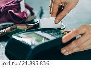 Купить «Оплата товара через терминал», фото № 21895836, снято 23 февраля 2016 г. (c) Константин Колосов / Фотобанк Лори