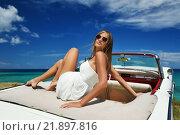 Девушка в белом платье в кабриолете. Стоковое фото, фотограф Станислав Симонов / Фотобанк Лори