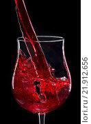 Бокал красного вина с брызгами. Стоковое фото, фотограф Александр Каменский / Фотобанк Лори