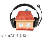 Купить «Домик с наушниками. Концепция звукоизоляции дома», фото № 21913124, снято 23 февраля 2016 г. (c) Наталья Осипова / Фотобанк Лори