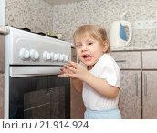 Купить «Маленькая девочка балуется с газовой плитой», фото № 21914924, снято 29 марта 2015 г. (c) Дарья Филимонова / Фотобанк Лори