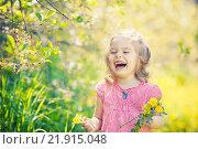 Купить «Happy little girl in spring sunny park», фото № 21915048, снято 21 февраля 2019 г. (c) Sergey Borisov / Фотобанк Лори