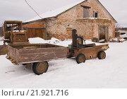 Купить «Трактор кустарного изготовления с прицепом», эксклюзивное фото № 21921716, снято 23 февраля 2016 г. (c) Владимир Чинин / Фотобанк Лори