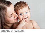 Купить «Счастливый малыш у мамы на руках», фото № 21922208, снято 7 марта 2013 г. (c) Элина Гаревская / Фотобанк Лори