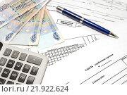 Купить «Калькулятор, ручка, деньги и первичные документы для начисления заработной платы», фото № 21922624, снято 24 февраля 2016 г. (c) Наталья Осипова / Фотобанк Лори