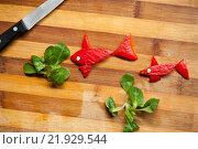 Рыбки из острого красного перца на разделочной доске. Стоковое фото, фотограф Дарья Филимонова / Фотобанк Лори
