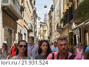 Verona, Italy, tourists in the streets of Verona (2015 год). Редакционное фото, агентство Caro Photoagency / Фотобанк Лори