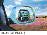 Грузовик в зеркале заднего вида. Стоковое фото, фотограф Валерий Тырин / Фотобанк Лори