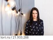 Девушка у стены с проводами и горящими лампами. Стоковое фото, фотограф Дмитрий Витушкин / Фотобанк Лори