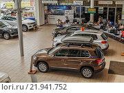 Купить «Рабочий день в автосалоне Фольксваген», эксклюзивное фото № 21941752, снято 1 июля 2015 г. (c) Юрий Шурчков / Фотобанк Лори