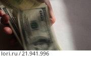 Купить «Пачка купюр номиналом сто долларов в руках», видеоролик № 21941996, снято 26 февраля 2016 г. (c) Яна Королёва / Фотобанк Лори