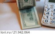 Купить «Пачка купюр номиналом 100 долларов и калькулятор», видеоролик № 21942064, снято 26 февраля 2016 г. (c) Яна Королёва / Фотобанк Лори