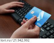 Купить «Компьютерная клавиатура и кредитная карта в женской руке», эксклюзивное фото № 21942992, снято 25 февраля 2016 г. (c) Игорь Низов / Фотобанк Лори