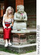 Женщина турист сидит с балийской скульптурой в храме и смотрит, фото № 21957020, снято 8 ноября 2008 г. (c) Эдуард Паравян / Фотобанк Лори