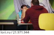 Купить «Мужчина и женщина едят гамбургеры», видеоролик № 21971944, снято 14 декабря 2015 г. (c) Валентин Беспалов / Фотобанк Лори