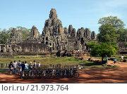 Туристы около кхмерского храма Байон (2012 год). Редакционное фото, фотограф Токсаров Владимир Андреевич / Фотобанк Лори