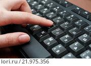 Женский палец набирает текст на клавиатуре. Стоковое фото, фотограф Игорь Низов / Фотобанк Лори