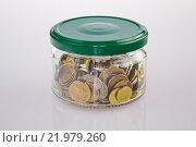 Металлические монеты в стеклянной банке с крышкой. Стоковое фото, фотограф Алексей Большаков / Фотобанк Лори