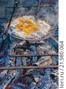 Купить «Завтрак на природе: яичница на чугунной сковороде над углями», фото № 21980064, снято 19 сентября 2009 г. (c) Абрамова Ксения / Фотобанк Лори