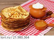 Купить «Масленица. Блины, мед и горшочек со сметаной», фото № 21980364, снято 1 марта 2016 г. (c) ирина реброва / Фотобанк Лори
