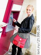 Купить «Smiling Woman Inserting a Card in an ATM», фото № 21990296, снято 18 августа 2018 г. (c) easy Fotostock / Фотобанк Лори
