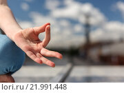 Купить «Рука в жесте концентрации на фоне города», фото № 21991448, снято 5 июня 2015 г. (c) Лидия Рыженко / Фотобанк Лори