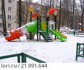Купить «Детская игровая площадка во дворе жилого дома на 11-ой Парковой улице в Измайлове. Москва, 2016 год», эксклюзивное фото № 21991644, снято 22 февраля 2016 г. (c) lana1501 / Фотобанк Лори