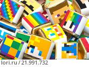 Фон из квадратный цветных шоколадок с геометрическими рисунками. Стоковое фото, фотограф Роман Червов / Фотобанк Лори