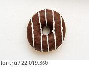 Пончик с шоколадной глазурью. Стоковое фото, фотограф Aleksandr Tishkov / Фотобанк Лори
