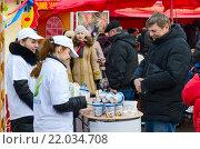Дегустация молочных продуктов на ярмарке во время масленичных гуляний (2015 год). Редакционное фото, фотограф Ольга Коцюба / Фотобанк Лори