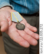"""Купить «Медаль """"За боевые заслуги"""" лежит в руке пожилого человека», эксклюзивное фото № 22035272, снято 3 марта 2016 г. (c) Игорь Низов / Фотобанк Лори"""