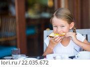 Девочка ест хлеб с маслом и медом на завтрак. Стоковое фото, фотограф Дмитрий Травников / Фотобанк Лори