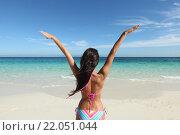 Купить «Счастливая женщина на пляже», фото № 22051044, снято 25 декабря 2015 г. (c) Иван Михайлов / Фотобанк Лори