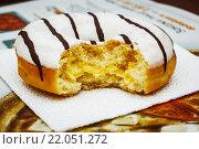 Пончик с глазурью и начинкой. Стоковое фото, фотограф Aleksandr Tishkov / Фотобанк Лори