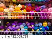 Купить «Шерстяные нитки для вязания на прилавке», фото № 22068788, снято 4 марта 2016 г. (c) Victoria Demidova / Фотобанк Лори