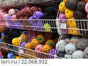 Купить «Шерстяные нитки для вязания на прилавке», фото № 22068932, снято 4 марта 2016 г. (c) Victoria Demidova / Фотобанк Лори