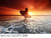 Купить «Девушка с доской для серфинга на морском пляже», фото № 22071568, снято 30 января 2016 г. (c) Иван Михайлов / Фотобанк Лори