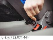 Man buckling his seatbelt. Стоковое фото, агентство Wavebreak Media / Фотобанк Лори