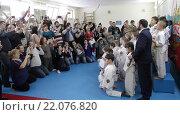 Купить «Мальчики-дзюдоисты собрались для общего снимка, родители фотографируют детей, соревнования в Балашихе», эксклюзивное фото № 22076820, снято 6 марта 2016 г. (c) Дмитрий Неумоин / Фотобанк Лори