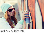 Купить «teenage girl drawing graffiti with spray paint», фото № 22079148, снято 19 марта 2015 г. (c) Syda Productions / Фотобанк Лори