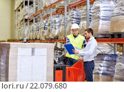 Купить «worker and businessmen with clipboard at warehouse», фото № 22079680, снято 9 декабря 2015 г. (c) Syda Productions / Фотобанк Лори