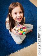 Купить «Девочка играет с мячиками», фото № 22081856, снято 7 марта 2016 г. (c) Ермилова Арина / Фотобанк Лори