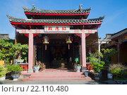 Купить «У входа в храм Ассамблеи ханьанского купеческого землячества. Хойан, Вьетнам», фото № 22110480, снято 4 января 2016 г. (c) Виктор Карасев / Фотобанк Лори