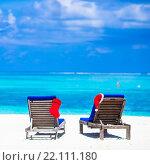Купить «Два шезлонга с рождественским колпаком и носком на тропическом пляже», фото № 22111180, снято 9 апреля 2015 г. (c) Дмитрий Травников / Фотобанк Лори