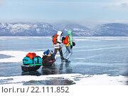 Купить «Байкал. Малое Море. Пеший поход по льду озера. Зимний экстремальный туризм», фото № 22111852, снято 7 марта 2016 г. (c) Виктория Катьянова / Фотобанк Лори