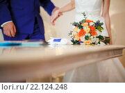 Купить «Букет невесты на столе во время церемонии регистрации брака», фото № 22124248, снято 6 ноября 2015 г. (c) Евгений Майнагашев / Фотобанк Лори