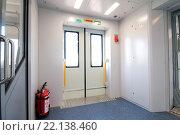 Входные двери  в тамбуре электропоезда ЭП2Д (2016 год). Редакционное фото, фотограф Павел Сарычев / Фотобанк Лори