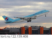 Взлет самолета Боинг 747-400F авиакомпании Korean Air Cargo (бортовой номер HL7438) из аэропорта Шереметьево (2015 год). Редакционное фото, фотограф Sergey Kustov / Фотобанк Лори