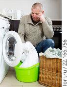 Купить «Sad guy using washing machine», фото № 22166756, снято 22 июля 2018 г. (c) Яков Филимонов / Фотобанк Лори